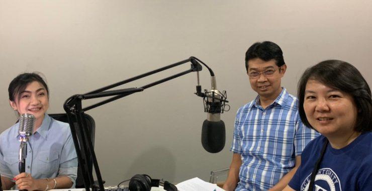 ทีมงาน BF Knowledge Center พูดคุยเกี่ยวกับงาน 'เปิดโลกลงทุนกับกองทุนบัวหลวง' กับรายการวิทยุท้องถิ่น จ.เชียงใหม่